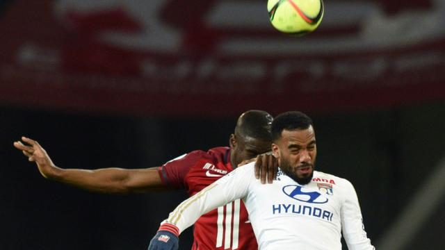 Duel aérien entre le Lillois Adama Soumaoro (g) et le Lyonnais Alexandre Lacazette, le 21 février 2016 au stade Pierre Mauroy [DENIS CHARLET / AFP]