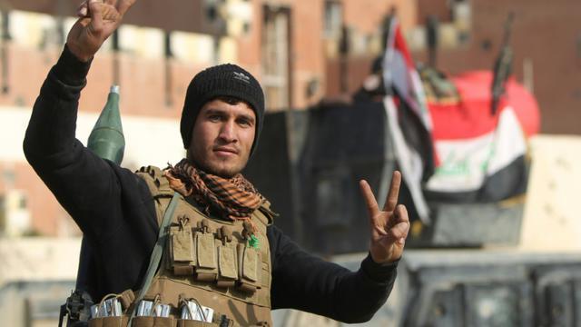 Un membre de l'unité anti-terroriste irakienne le 28 décembre 2015 après la prise de Ramadi [AHMAD AL-RUBAYE / AFP]