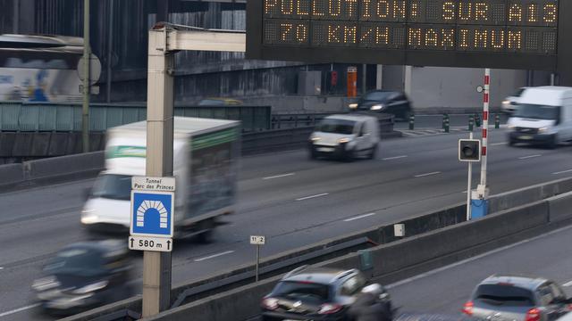 Un panneau recommande d'abaisser la vitesse sur l'autoroute en raison d'un épisode de pollution, à Paris le 12 décembre 2013 [Thomas Samson / AFP]