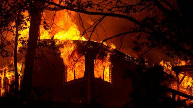 """Une maison en feu, le 13 septembre 2015, à Siegler Springs, dans le comté de Lake, en Californie, lors de l'incendie dénommé """"Valley Fire"""" [Josh Edelson / AFP]"""