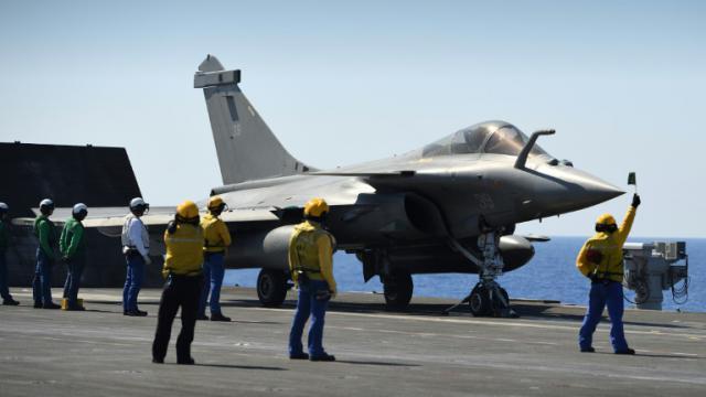 Un Rafale sur le porte avions Charles de Gaulle le 29 septembre 2016 en Méditerranée  [Eric FEFERBERG / AFP]