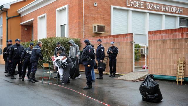 Des policiers devant l'école juive Ozar Hatorah le 19 mars 2012 à Toulouse [Remy Gabalda / AFP/Archives]