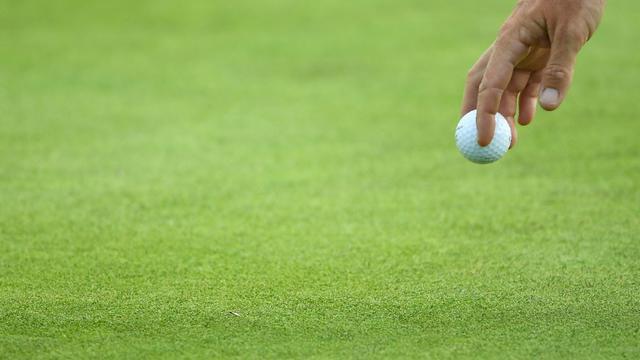 Un golfeur tenant une balle lors de la première journée de la Ryder Cup, au golfe de Saint-Quentin-en-Yvelines, le 28 septembre 2018  [FRANCK FIFE / AFP]