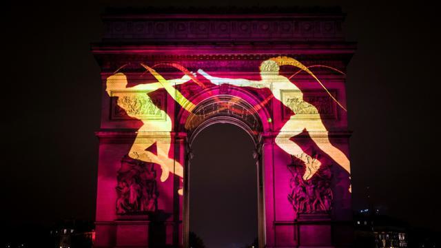 Des images autour de la candidature de Paris pour les JO-2024 sont projetées sur l'Arc de Triomphe, lors du réveillon du Nouvel an, le 31 décembre 2016 [LIONEL BONAVENTURE / AFP/Archives]