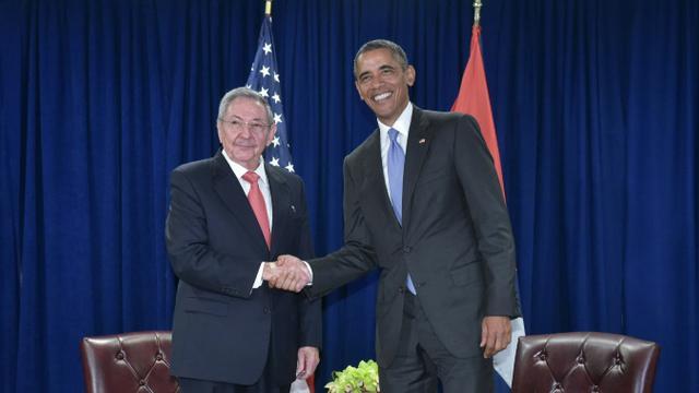 Le président des Etats-Unis Barack Obama et son homologue cubain Raul Castro se serrent la main lors d'une rencontre bilatérale en marge de l'assemblée générale des Nations Unies, à New York, le 29 septembre 2015 [Mandel NGAN / AFP]