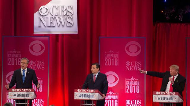 Donald Trump (D) attaque ses rivaux républicains Ted Cruz (C) et Jeb Bush (G) au cours d'un débat télévisé le 13 février 2016 à Greenville (Caroline du Sud)  [JIM WATSON / AFP]