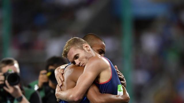 L'Américain Ashton Eaton (g) champion olympique du décathlon et le Français Kevin Mayer, médaillé d'argent, le 18 août 2016 aux JO de Rio [Fabrice COFFRINI / AFP]