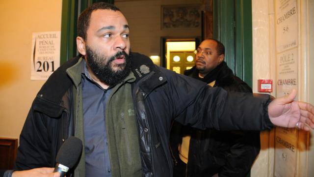 L'humoriste Dieudonné M'bala M'bala répond aux journalistes à son arrivée au palais de justice de Paris le 3 février 2011 [Bertrand Guay / AFP/Archives]