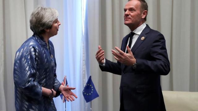Le président du conseil européen Donald Tusk (D) et la Première ministre britannique Theresa May (G), le 24 février 2019 à Charm el-Cheikh, en Egypte [Francisco Seco / POOL/AFP]