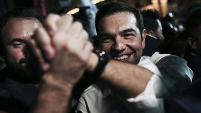 Le Premier ministre grec sortant Alexis Tsipras au milieu de ses partisans, à son arrivée au siège de Syriza le 20 septembre 2015 à Athènes [ANGELOS TZORTZINIS / AFP]
