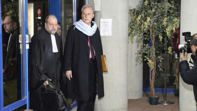 L'ex-secrétaire d'Etat Georges Tron (d) et l'avocat Eric Dupond-Moretti (g) au tribunal de Bobigny (Seine-Saint-Denis), le 12 décembre 2017 [JACQUES DEMARTHON / AFP/Archives]