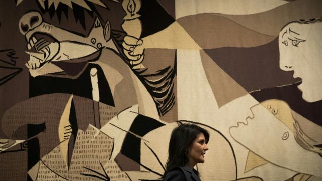"""Nikki Haley devant la réplique de """"Guernica"""" à l'ONU en janvier 2018 (Photo d'illustration) [Drew Angerer / GETTY IMAGES NORTH AMERICA/AFP]"""