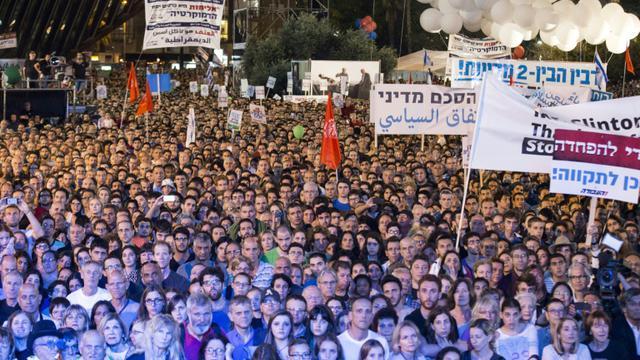 Des dizaines de milliers de personnes rassemblées à Tel Aviv pour commémorer la mémoire d'Yitzhak Rabin, le 31 octobre 2015 [JACK GUEZ / AFP]