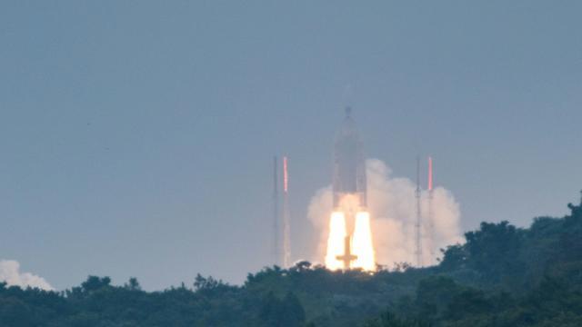 (Archive) Une fusée Ariane 5 décolle du centre spatial aérien de Kourou le 12 décembre 2017, à Kourou, en Guyane française [jody amiet / AFP]