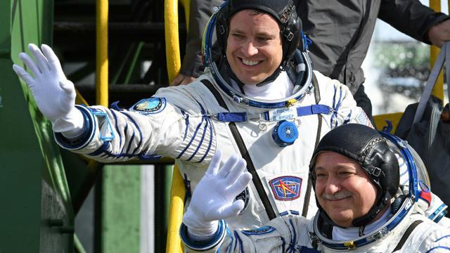 Jack Fischer (g) et Fiodor Iourtchikhine embarquent dans le vaisseau Soyouz MS-04 au cosmodrome de Baïkonour, le 20 avril 2017 [Kirill KUDRYAVTSEV / AFP]