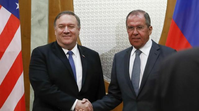 Le ministre russe des Affaires étrangères Sergueï Lavrov (à droite) serre la main du secrétaire d'Etat américain Mike Pompeo lors d'une rencontre à Sotchi (Russie) le 14 mai 2019. [Pavel Golovkin / POOL/AFP]