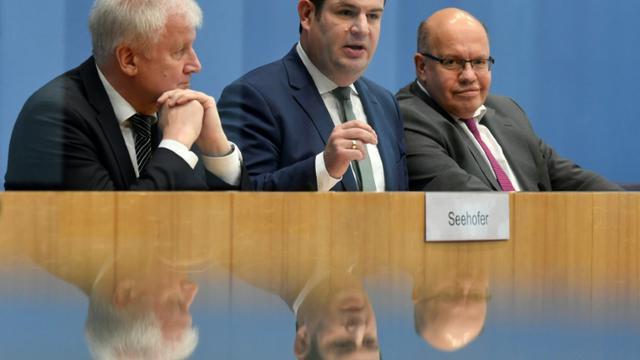 De G à D, les ministres allemands de l'Intérieur Horst Seehofer, du Travail Hubertus Heil et de l'Economie Peter Altmaier présentent à la presse un projet de loi sur l'immigration, à Berlin le 19 décembre 2018  [John MACDOUGALL / AFP]