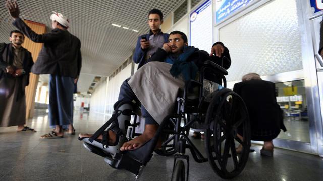 Des rebelles Houthis blessés attendent à l'aéroport de Sanaa (Yémen) d'être évacués vers Oman, le 3 décembre 2018 [Mohammed HUWAIS / AFP]