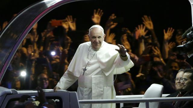 """Le pape acclamé par la foule à son arrivée en papamobile au """"festival des familles"""" le 26 septembre 2015 à Philadelphie [MATT ROURKE / POOL/AFP]"""