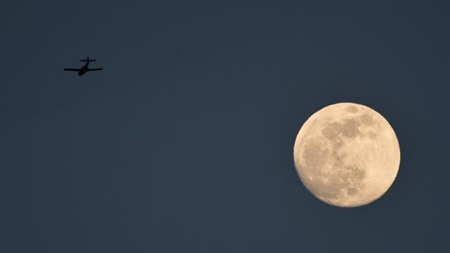 La lune vue depuis Cali le 26 septembre 2015 en Colomboie [Luis Robayo / AFP]