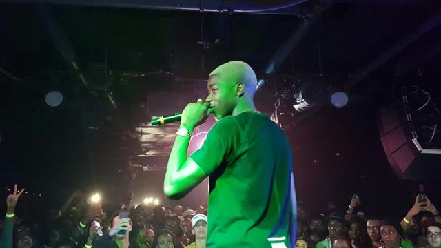 """Le rappeur français MHD chante au """"U Street Music Hall"""" à Washington, le 15 septembre 2017 [Leo MOUREN / AFP]"""