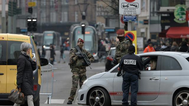 Des policiers et soldats contrôlent un véhicule à l'entrée de la ville de Strasbourg, le 27 novembre 2015 [PATRICK HERTZOG / AFP/Archives]