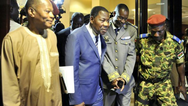 Mohamed Ibn Chambas (g), représentant de l'ONU pour l'Afrique de l'Ouest, le président du Bénin Thomas Boni Yayi (2e g) et le général putschiste Gilbert Diendere (2e d) à la sortie d'une réunion le 19 septembre 2015 à Ouagadougou [Ahmed Ouoba / AFP]