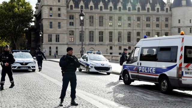 Des policiers près de la Préfecture de police, le 3 octobre 2019 à Paris, après une attaque au couteau [Bertrand GUAY / AFP]