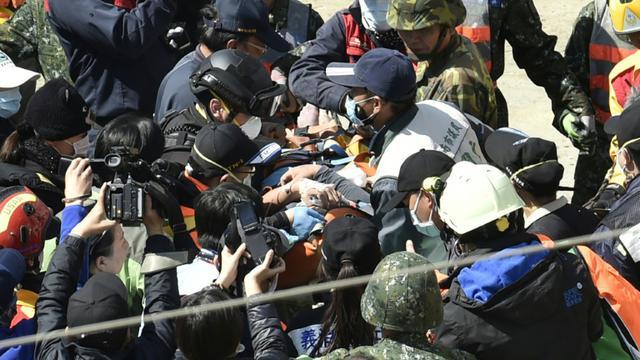 Après avoir passé plus de 50 heures enseveli, un homme de 40 ans a été extrait des décombres d'un immeuble, le 8 février 2016 dans le sud à Taïwan, à la suite d'un séisme [SAM YEH / AFP]