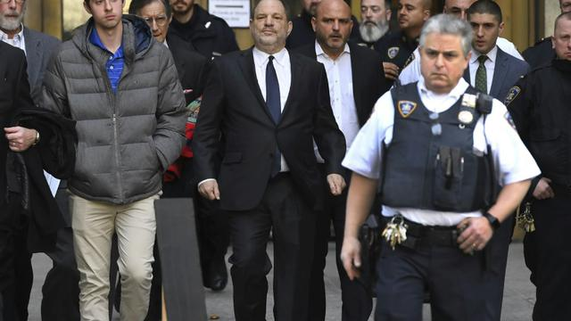 Harvey Weinstein (centre) quitte le tribunal de Manhattan le 20 décembre 2018 [TIMOTHY A. CLARY / AFP]