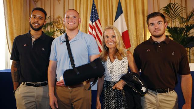 De gauche à droite, Anthony Sadler, Spencer Stone, l'ambassadrice des Etats-Unis en France Jane Hartley et Alek Skarlatos après une conférence de presse à l'ambassade américaine à Paris Le 23 août 2015 [THOMAS SAMSON / AFP]