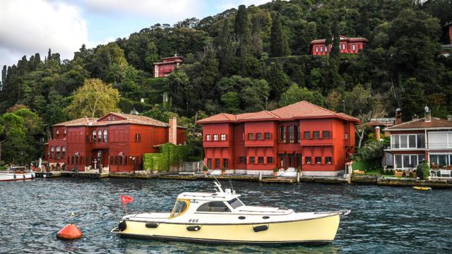 Des yalis, maisons en bois traditionnelles, au bord du Bosphore à Istanbul, le 28 septembre 2018 [OZAN KOSE / AFP]