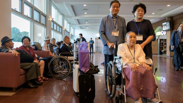 Les participants à la réunion de familles coréennes séparées par la guerre se préparent à partir pour la Corée du Nord, dans un hôtel à Sokcho le 20 août 2018 [Ed JONES / AFP]