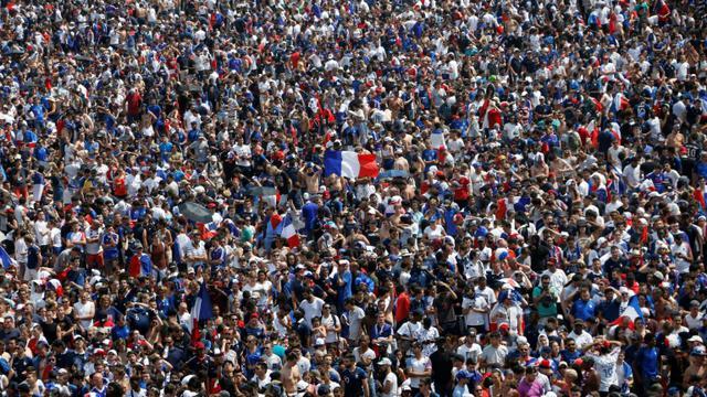 Des supporters dans la fan zone du Champs de Mars, le 15 juillet 2018 à Paris [CHARLY TRIBALLEAU / AFP]