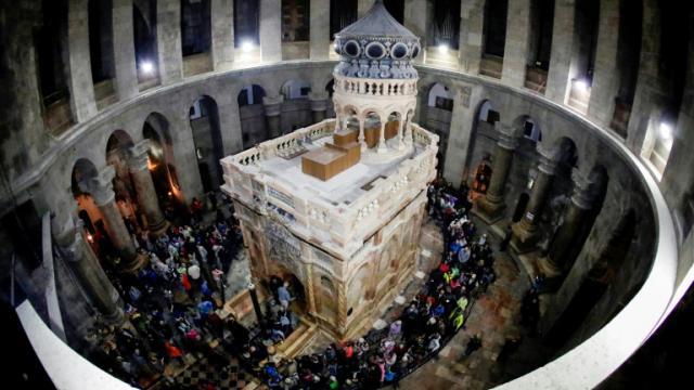 Le tombeau où le Christ a été enterré selon la tradition, paré de ses nouvelles couleurs dans l'église du Saint-Sépulcre à Jérusalem, le 21 mars 2017 [THOMAS COEX / AFP]