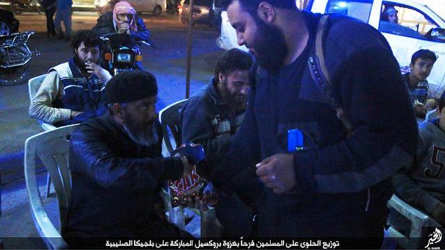 Seuls des hommes et de jeunes garçons apparaissent sur les photos publiées par l'organisation terroriste.