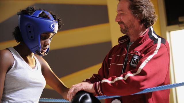 Son entraîneur Jeannot (Bruno Lochet) soutien Aya (Assa Sylla)