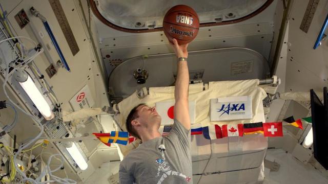 économiser 1d23b d891d Thomas Pesquet imite Michael Jordan dans l'espace | www.cnews.fr