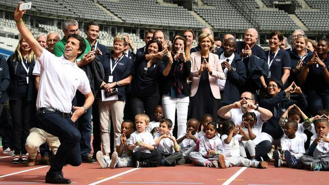 Tony Estanguet, coprésident de Paris-2024, s'offre un selfie avec les inspecteurs du CIO durant une visite au Stade de France, le 15 mai 2017 [FRANCK FIFE / AFP]
