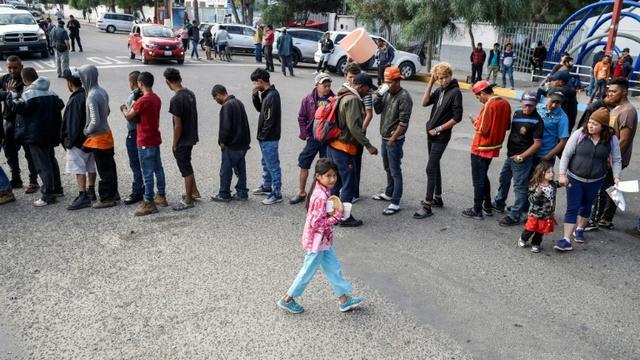 Des migrants d'Amérique centrale essayant de pénéterr aux Etats-Unis font la queue pour une distribution de nourriture à Tijuana au mexique le 15 novembre 2018 [ALFREDO ESTRELLA / AFP]