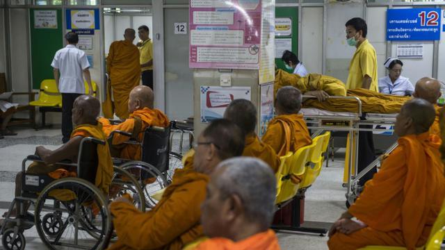 Des moines bouddhistes en Thaïlande font un check-up médical dans un hôpital à Bangkok, le 12 novembre 2018 [Romeo GACAD / AFP]