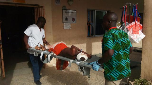 Une victime des attaques dans le nord-est du Nigeria portée par les secouristes à Maiduguri, au Nigeria, le 17 juin 2018  [AUDU MARTE / AFP]