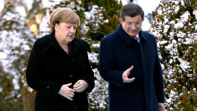 Angela Merkel et le Premier ministre turc Ahmet Davutoglu à Ankara le 8 février 2016  [ADEM ALTAN / AFP/Archives]