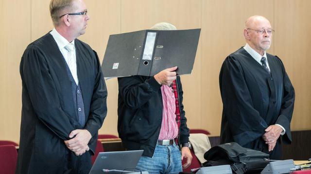 Le seul suspect d'un attentat raciste en Allemagne, aux côtés de ses avocats, le 31 juillet 2018 devant le tribunal de Düsseldorf qui l'a acquitté [Marcel Kusch / dpa/AFP]
