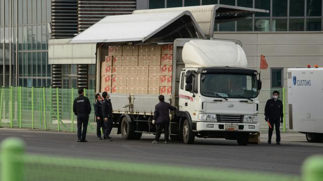 Un camion sud-coréen sur le complexe industriel intercoréen de Kaesong, que Séoul a unilatéralement décidé de fermer, le 11 février 2016, dans la zone démilitarisée entre les deux Corées [ED JONES / AFP]