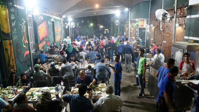 Des Egyptiens dînent dans un restaurant de la banlieue nord du Caire le 1er septembre 2015 [MOHAMED EL-SHAHED / AFP]