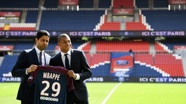 Le président du PSG Nasser Al-Khelaifi (g) lors de la présentation du nouvel attaquant Kylian Mbappé avec son maillot aux couleurs du club, le 6 septembre 2017 au Parc des Princes   [FRANCK FIFE / AFP/Archives]