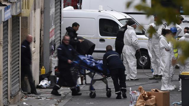Un corps est sorti de l'immeuble où étaient retranchés des jihadistes présumés, après l'assaut donné par les forces de sécurité le 18 novembre 2015 à Saint-Denis   [ERIC FEFERBERG / AFP]