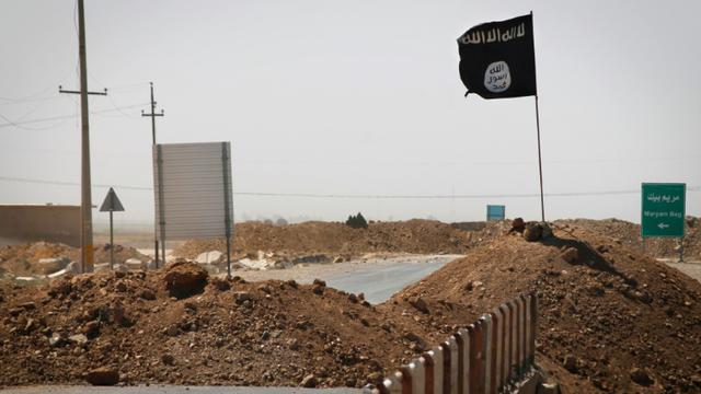 Un drapeau du groupe Etat islamique flotte le 11 septembre 2014 à Rashad, en Irak [Jm Lopez / AFP/Archives]