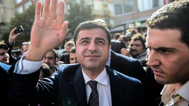 Selahattin Demirtas (C), chef du parti pro-kurde à Istanbul le 28 octobre 2015 [Ozan Kose / AFP/Archives]